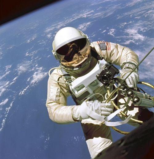 Edward White podczas pierwszego amerykańskiego EVA: Gemini IV