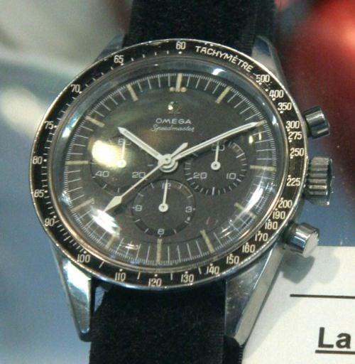 """Omega Speedmaster 105.003 należąca do Thomasa Strafforda. Na deklu znajduje się napis: """"P/N SEB 12100039-001 - Astronaut Thomas P Strafford - Gemini 6 & 9 - Apollo 10"""" : jeden z pierwszych Speedmasterów noszonych w kosmosie"""