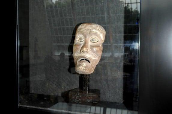 Eksponat muzeum Barbier - Mueller, maska z Indonezji