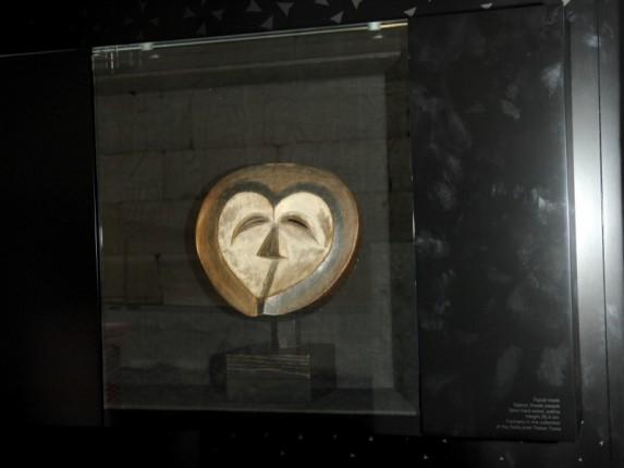 Eksponat muzeum Barbier - Mueller, maska z Gabonu