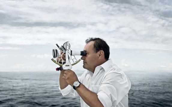 kapitan Patrice Quesnel: w reku sekstant, na nadgrastku Yacht Club
