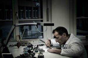 Oris - zegarmistrz podczas pracy