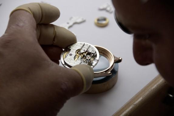 zegarmistrz Laurent Ferrier przy pracy nad Galet Classic