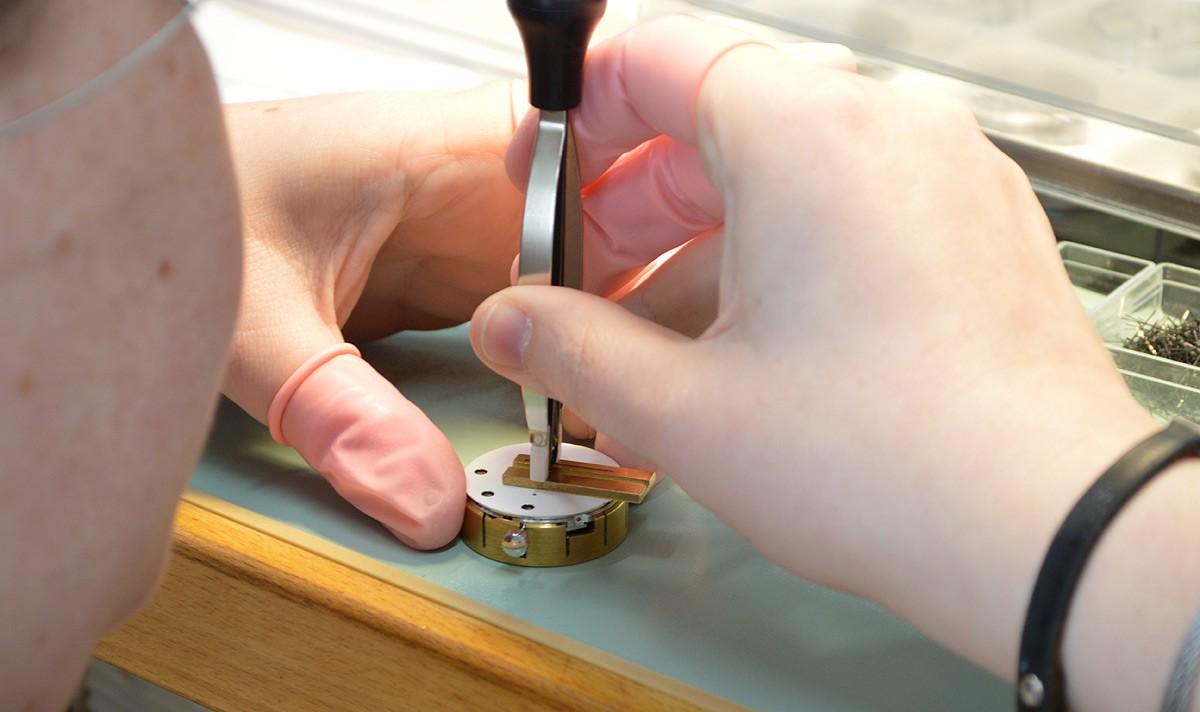Zegarmistrz w trakcie pracy