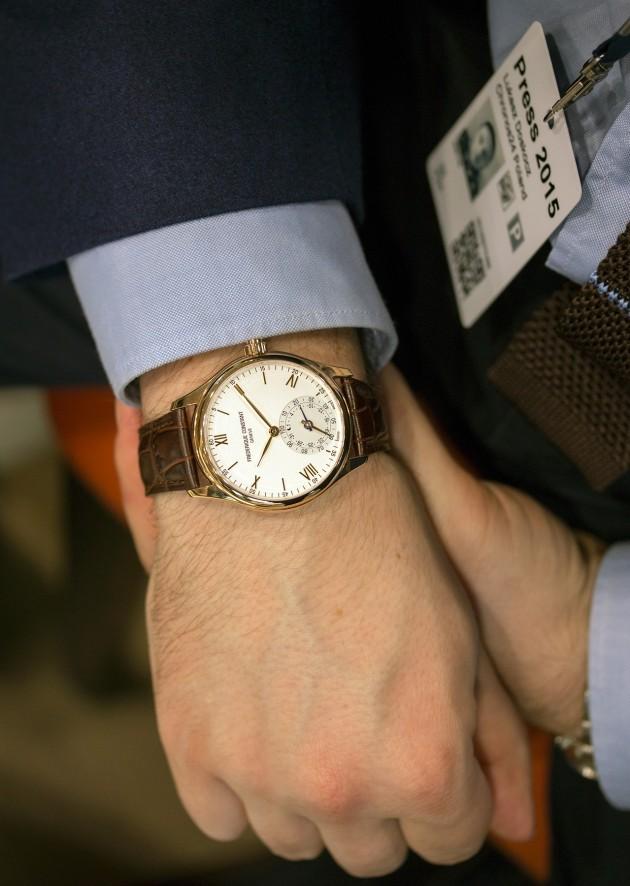Smartwatch Frederique Constant na nadgarstku