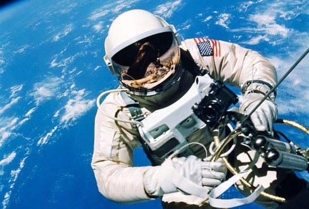 Edward White podczas pierwszego amerykańskiego EVA: Gemini IV / foto: NASA