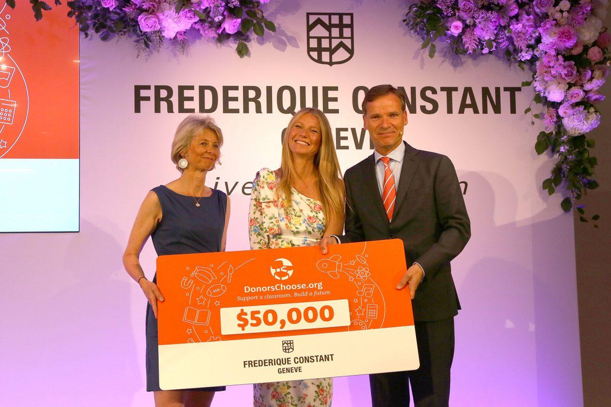 Gwyneth Paltrow odbiera czek od firmy Frederique Constant