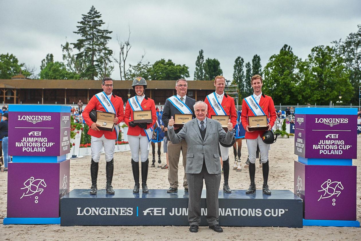 Zwycięska drużyna z Belgii oraz prezydent marki Longines - Walter von Kanel
