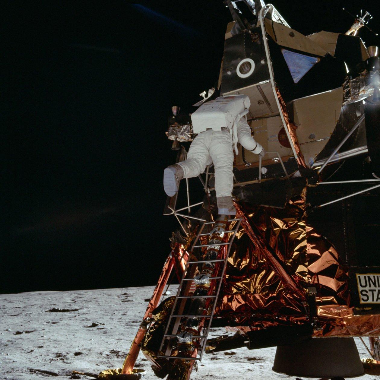 Buzz Aldrin opuszczający księżycowy łazik - 20.07.1969 / foto: NASA