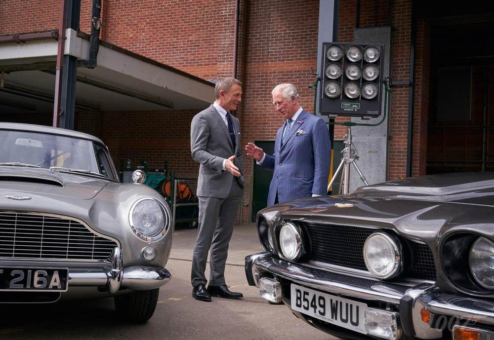 James Bond, książę Walii Karol i dwa Aston Martiny: DB5 (po lewej) i Vantage V8