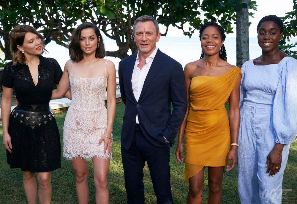 James Bond i Bond Girls: (od lewej) Lea Seydoux, Ana de Armas, Naomie Harris i Lashane Lynch / foto: 007.com