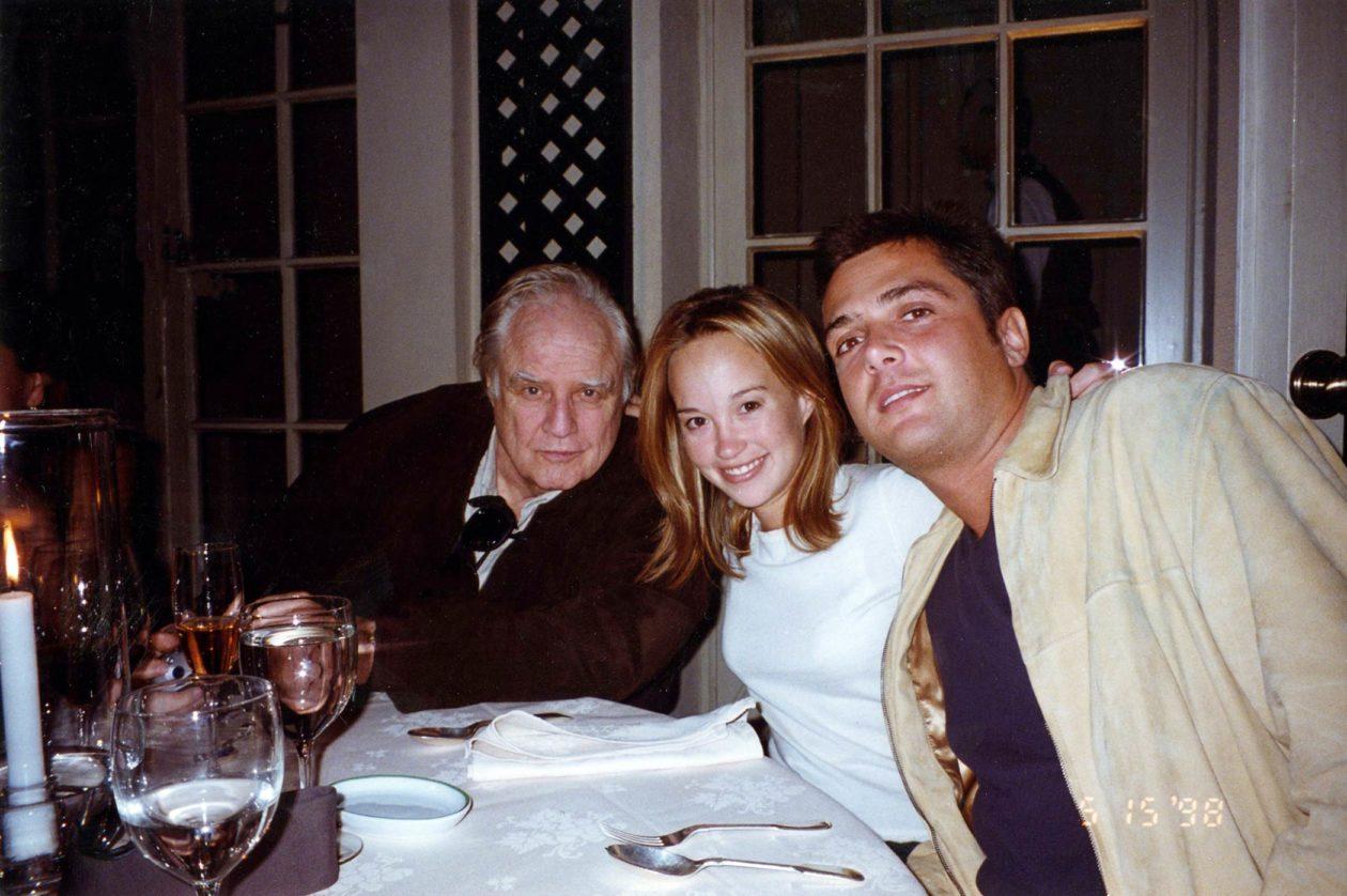 Marlon Brando (po lewej), Petra Brando Fisher i Russel Fisher