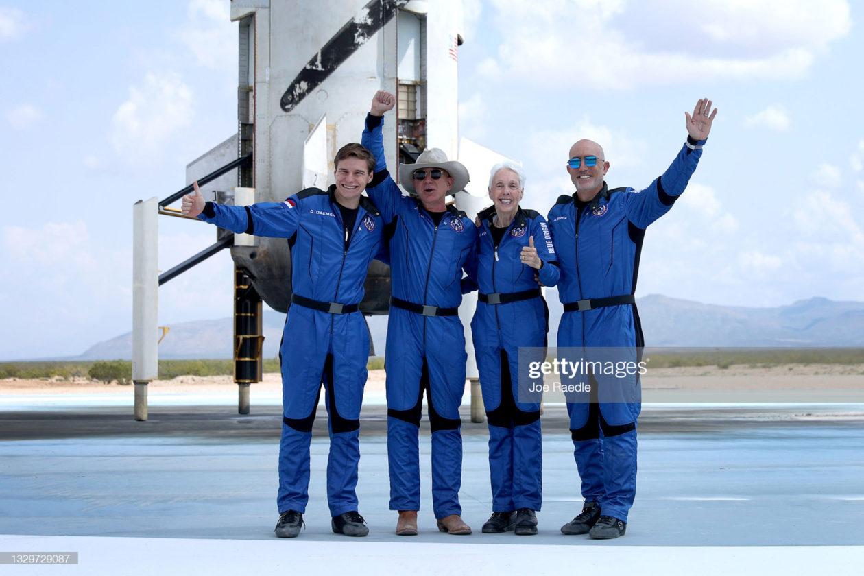 załoga misji NS-16: (od lewej) Oliver Deamen, Jeff Bezos, Wally Funk i Marc Bezos / foto: GettyIamges